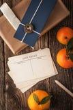 与礼物的垂直明信片和的蜜桔 库存图片