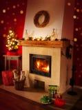 与礼物的壁炉,圣诞树-家庭室内装璜 库存图片