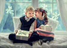 与礼物的孩子圣诞节的 免版税库存照片