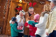 与礼物的愉快的家庭在xmas 免版税库存图片