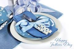 与礼物的愉快的父亲节蓝色题材桌设置 免版税图库摄影