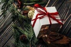 与礼物的时髦的土气圣诞节墙纸与红色丝带 图库摄影