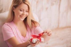 与礼物的白肤金发的秀丽为情人节 免版税库存照片