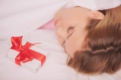 与礼物的白肤金发的秀丽为情人节 库存图片
