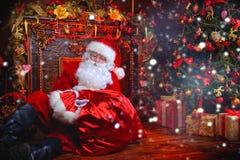 与礼物的老圣诞老人 库存照片