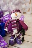 与礼物的送冰人和白色圣诞节树 库存照片