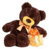 与礼物的逗人喜爱的粗野的微笑的玩具熊 免版税库存图片