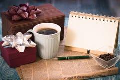 与礼物的镭欢乐静物画,杯子,花瓶,笔记本 库存图片