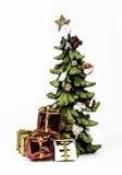 与礼物的陶瓷圣诞树 免版税库存图片