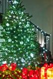 与礼物的额外明亮的圣诞树 库存照片