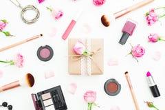 与礼物盒、玫瑰花、化妆用品和刷子的妇女构成在白色背景 顶视图 平的位置 免版税库存照片