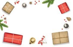 与礼物盒、装饰、圣诞树分支和红色莓果的圣诞节构成构筑了白色背景,顶视图 免版税库存照片