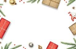 与礼物盒、装饰、圣诞树分支和红色莓果的圣诞节构成构筑了白色背景,顶视图 免版税库存图片