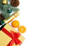与礼物盒和一个瓶的圣诞节背景在白色的香槟 免版税库存照片