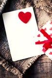 与礼物盒和心脏,空白的白色汽车的情人节卡片 免版税库存图片