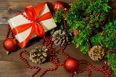 与礼物盒和杉树被隔绝的分支和假日玩具的圣诞节静物画 库存照片