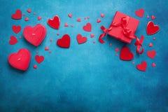 与礼物盒和混杂的心脏的情人节框架 顶视图 平的位置样式 免版税图库摄影