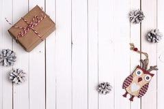 与礼物盒和滑稽的猫头鹰的寒假背景在白色w 图库摄影
