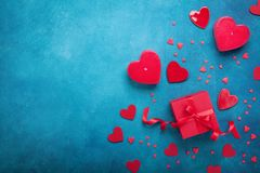 与礼物盒和红色心脏的情人节背景 顶视图 平的位置样式 免版税库存照片