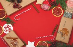 与礼物盒和装饰的圣诞节背景在红色 库存照片