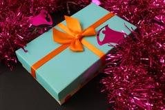 与礼物盒和装饰的圣诞节背景 图库摄影