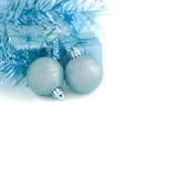 与礼物盒新年和圣诞节的两蓝色球 库存照片