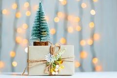与礼物盒的一棵圣诞树在bokeh和白板的背景 圣诞快乐, 库存图片