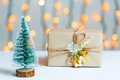与礼物盒的一棵圣诞树在bokeh和白板的背景 圣诞快乐, 图库摄影