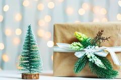 与礼物盒的一棵圣诞树在bokeh和白板的背景 圣诞快乐, 库存照片