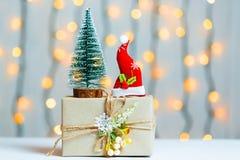 与礼物盒的一棵圣诞树在bokeh和白板的背景 圣诞快乐, 免版税库存照片