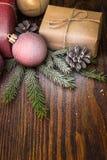 与礼物盒的圣诞节在老木背景的构成和装饰 图库摄影