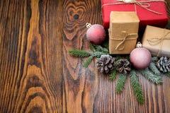 与礼物盒的圣诞节在老woode的构成和装饰 免版税库存图片