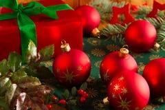 与礼物盒的圣诞节球 免版税库存图片