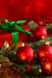 与礼物盒的圣诞节球 库存图片