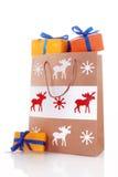 与礼物盒的圣诞节纸袋 库存图片