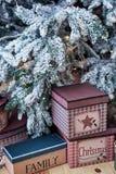 与礼物盒的圣诞节背景在地板上在圣诞树下在家 免版税库存图片