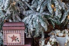 与礼物盒的圣诞节背景在地板上在圣诞树下在家 图库摄影