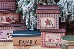 与礼物盒的圣诞节背景在地板上在圣诞树下在家 免版税库存照片