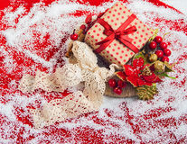 与礼物盒的圣诞节花圈 图库摄影