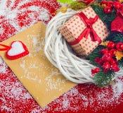 与礼物盒的圣诞节花圈 免版税库存图片