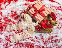 与礼物盒的圣诞节花圈 库存图片