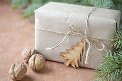 与礼物盒的圣诞节问候 土气样式 选择聚焦, 免版税库存照片