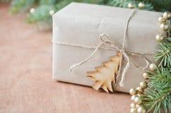 与礼物盒的圣诞节问候 土气样式 选择聚焦, 库存照片