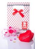 与礼物盒的心形的爱当前有白色背景 免版税库存照片