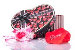 与礼物盒的心形的爱当前有白色背景 库存图片