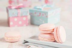 与礼物盒的桃红色蛋白杏仁饼干在背景 免版税库存图片