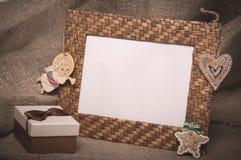 与礼物盒的桌面照片框架在亚麻制织品 库存图片