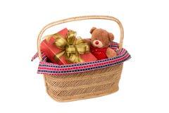 与礼物盒的玩具熊在篮子 免版税图库摄影