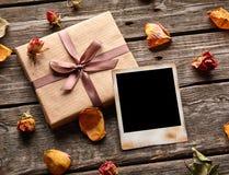 与礼物盒的空白的照片框架 免版税库存图片