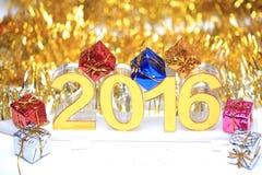 与礼物盒的金黄2016个3d象 免版税库存图片